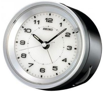 Настольные кварцевые часы. Будильник с функцией Snooze. Плавный ход секундной стрелки. Люминесцентные стрелки и метки. Материал - пластик. Цвет темно серый. Размер 99х98х67 мм. - Настольные часы  Seiko Clock QXE021KN. Коллекция Интерьерные часы
