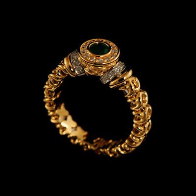 Купить Золотое кольцо 11510, кольцо Королева Виктория, комбинированное золото, примерный вес изделия 6.37 гр. Вставки: 14 бриллиантов, примерным весом в 0.084 карат, огранки Кр-57, чистоты 3/4, 12 бриллиантов, 1 изумруд, примерным весом в 0.21 карат, чистоты 4/3., Ювелирное изделие