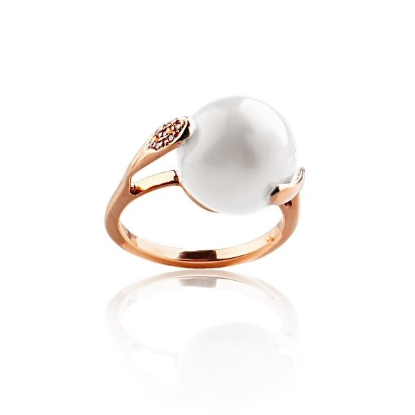 Купить Золотое кольцо NP1535, В этом золотом кольце Венетто завораживает буквально всё ndash; идеальная форма белой натуральной жемчужины, ослепительное сияние бриллиантов и благородный блеск золота. Такое украшение ndash; лучший способ подчеркнуть естественную красоту и элегантность своей обладательницы. Размеры кольца: 16, 5; 18. Вид жемчуга: Пресноводный. Категория качества: AA+. Диаметр жемчуга (мм.): 11-11, 5. Цвет: Белый. Материал: Золото 750, жемчуг, 7 бриллиантов 0.04 кар. 2/3. ., Ювелирное из