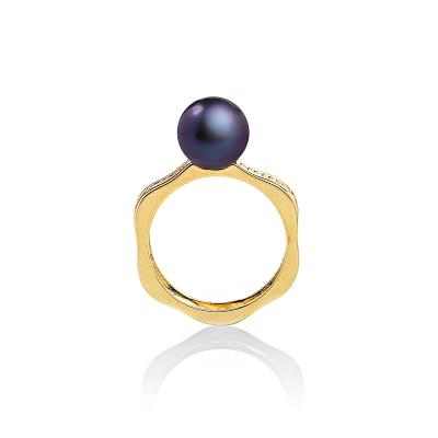 Купить Серебряное кольцо NP2321, Кольцо Романс с черной жемчужиной. Эффектное позолоченное кольцо необычной формы с жемчужиной цвета павлин и яркими кристаллами станет завершающим акцентом в твоем модном образе. Вид жемчуга: пресноводный. Диаметр жемчуга 7-7, 5 мм. Материал: серебро с позолотой. ., Ювелирное изделие
