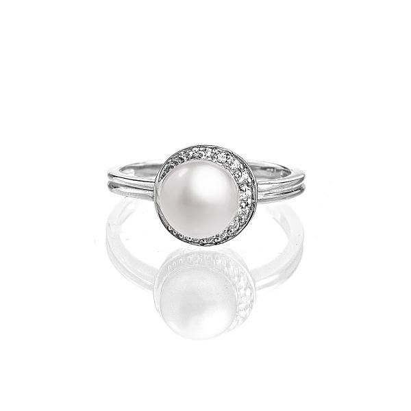 Купить Серебряное кольцо NP2343, Серебряное кольцо с белой пресноводной жемчужиной . Серебряное кольцо с натуральной белой жемчужиной и россыпью прозрачных кристаллов великолепно своей изысканностью и утонченностью. Данное украшение отлично дополнит любой наряд и сможет выгодно подчеркнуть достоинства прекрасной дамы! Вид жемчуга: пресноводный. Диаметр жемчуга 8-8, 5 мм. Материал: серебро 925.., Ювелирное изделие