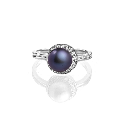Купить Серебряное кольцо NP2347, Серебряное кольцо с жемчужиной цвета павлин. Серебряное кольцо с черной натуральной жемчужиной и россыпью прозрачных кристаллов притягивает и завораживает, создавая вокруг своей обладательницы ауру элегантной роскоши и совершенства. Вид жемчуга: пресноводный. Диаметр жемчуга 8-8, 5 мм. Материал: серебро 925. ., Ювелирное изделие