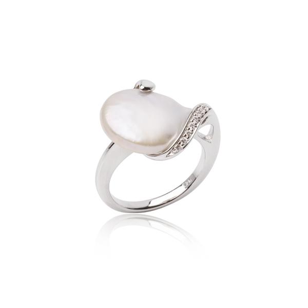 Купить Серебряное кольцо NP2600, Серебряное кольцо с жемчугом Кеши. Блистательный жемчуг Кеши - очень яркий и нарядный. Серебряные лепестки, усыпанные переливающимися кристаллами, подчёркивают первозданность и эксклюзивность жемчуга Кеши. Это кольцо идеально впишется в твой модный образ. Вид жемчуга: пресноводный. Диаметр жемчуга 13-13, 5 мм. Материал: серебро 925.., Ювелирное изделие