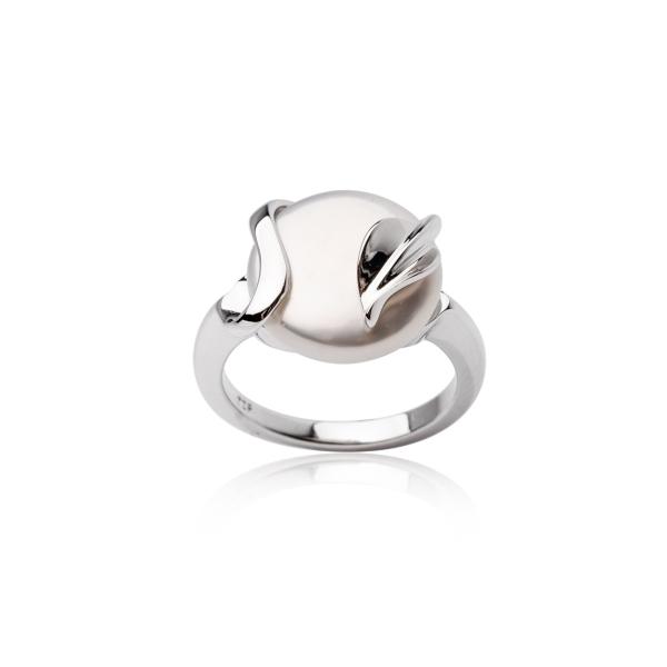 Купить Серебряное кольцо NP2607, Серебряное кольцо с жемчугом Кеши. Серебряное кольцо с крупным жемчугом Кеши будет сиять на пальчиках модниц! Нежные серебряные лепестки окутывают невероятную по красоте жемчужину и подчёркивают её природную неповторимую форму. Вид жемчуга: пресноводный. Диаметр жемчуга 13-14 мм. Материал: серебро 925.., Ювелирное изделие