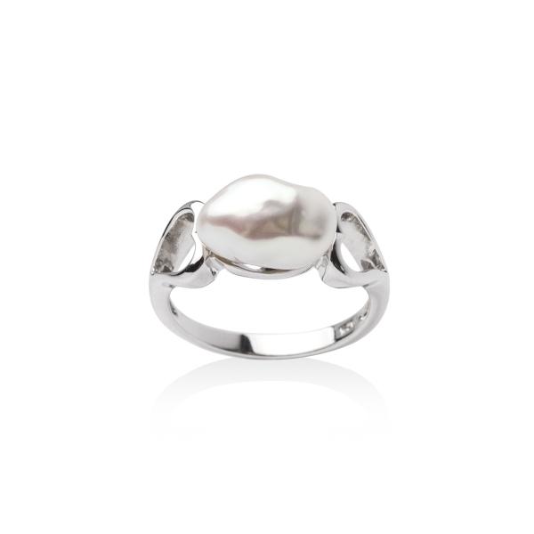 Купить Серебряное кольцо NP2610, Кольцо из серебра с белым жемчугом Кеши. Серебряное кольцо от nasonpearl радует взор своим необыкновенным внешним видом с неповторимой жемчужиной Кеши в центре. Такое ювелирное украшение сможет рассказать много нового и интересного о своей обладательнице! Вид жемчуга: пресноводный. Диаметр жемчуга 7-8 мм. Материал: серебро 925.., Ювелирное изделие