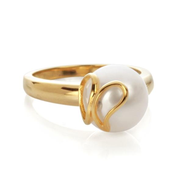 Купить Серебряное кольцо NP427, Кольцо Бабочка с позолотой RA0689. Великолепная бабочка опустилась на яркую жемчужину, вот-вот вспорхнёт и улетит, унося вас в страну грёз. Кольцо выполнено из серебра 925 пробы с позолоченным нанесением.Натуральный жемчуг Категория качества: ААА Диаметр жемчуга: 9-10 мм Металл: серебро 925 с позолотой.., Ювелирное изделие