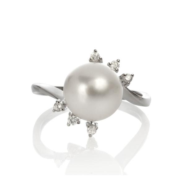 Купить Серебряное кольцо NP447, Кольцо Пион с белым жемчугом RA0652. Невероятно эффектное серебряное кольцо с крупной жемчужиной, обрамлённой миниатюрными лепестками из прозрачных фианитов.Натуральный жемчуг Категория качества: АА+ Диаметр жемчуга: 9, 5-10 мм Металл: серебро 925.., Ювелирное изделие