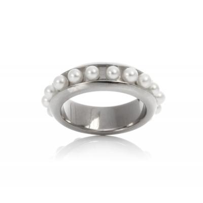 Купить Серебряное кольцо NP640, Кольцо Колесо Фортуны с белым жемчугом I0016-421RN. Серебряное кольцо модного дизайна украшают миниатюрные жемчужины «пресной воды», расположенные по всей оси.Натуральный жемчуг Категория качества: АА Диаметр жемчуга: 3-3, 5 мм Металл: серебро 925., Ювелирное изделие
