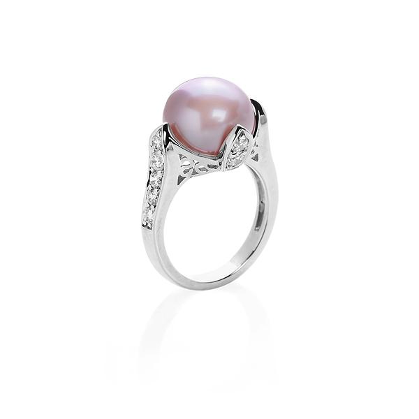 Купить Серебряное кольцо NP919, Кольцо с жемчугом цвета лаванды и циркониями. Роскошное серебряное кольцо с розовым жемчугом крупного диаметра выделит вас среди окружающих, подчеркнув женственность и утонченность вашего стиля. Множество украшающих его кристаллов добавят сияния. Вид жемчуга: пресноводный. Диаметр жемчуга 11-11, 5 мм. Материал: серебро 925.., Ювелирное изделие